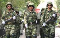 Lính Trung Quốc mang vũ trang tuần hành trên đường phố Địch Hóa (Ảnh : Reuters)